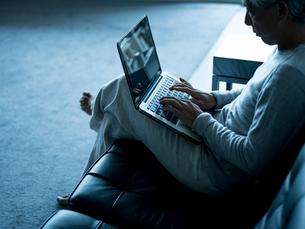 ノートパソコンを操作するシニア男性の写真素材 [FYI02616623]