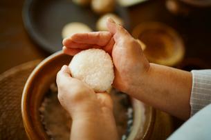 おにぎりを作るシニア女性の手元の写真素材 [FYI02616630]