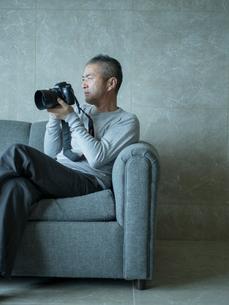 カメラを持つミドル男性の写真素材 [FYI02616656]