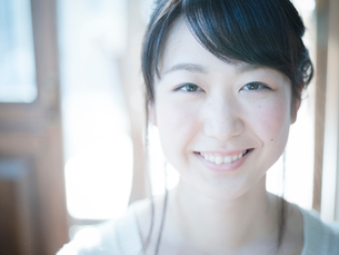 20代女性のポートレートの写真素材 [FYI02616659]