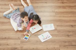 お絵描きをする男の子と女の子の写真素材 [FYI02616677]