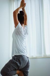 ヨガをする女性の写真素材 [FYI02616683]