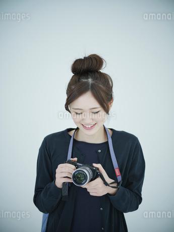 カメラを持つ女性の写真素材 [FYI02616690]
