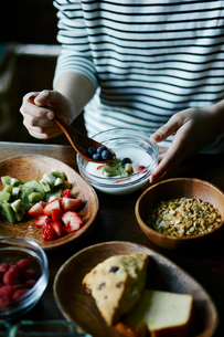 朝食を食べる女性の手元の写真素材 [FYI02616695]