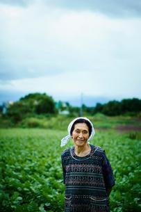 畑と笑顔の農婦の写真素材 [FYI02616711]