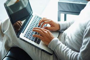 ノートパソコンを操作するシニア男性の写真素材 [FYI02616720]