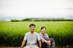水田と笑顔の農家夫婦の写真素材 [FYI02616751]