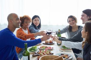 乾杯する外国人と日本人の写真素材 [FYI02616758]