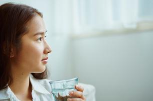 グラスを持つ女性の横顔の写真素材 [FYI02616761]