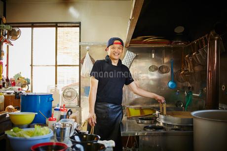 厨房に立つラーメン屋の店員の写真素材 [FYI02616770]