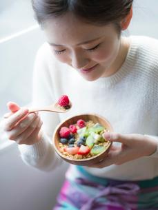 フルーツグラノーラを食べる女性の写真素材 [FYI02616772]
