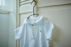 ハンガーに掛けた服の写真素材 [FYI02616787]