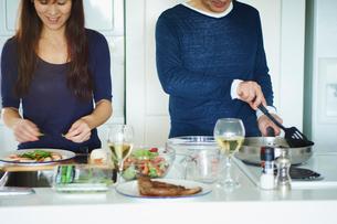 料理をするミドル夫婦の写真素材 [FYI02616840]
