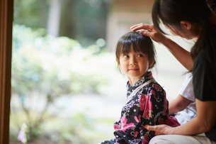 母親に頭を撫でてもらう浴衣姿の女の子の写真素材 [FYI02616856]
