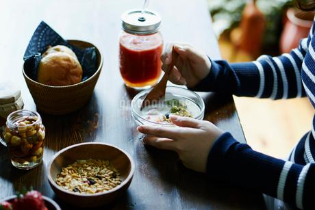 朝食を食べる女性の手元の写真素材 [FYI02616862]