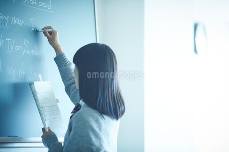 黒板に書く女子学生の写真素材 [FYI02616873]