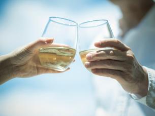 乾杯するミドル夫婦の手の写真素材 [FYI02616896]