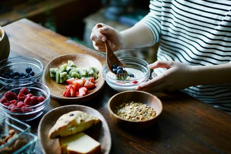 朝食を食べる女性の手元の写真素材 [FYI02616907]