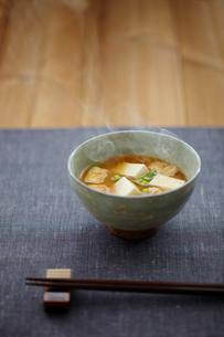 豆腐と油揚げの味噌汁の写真素材 [FYI02616931]