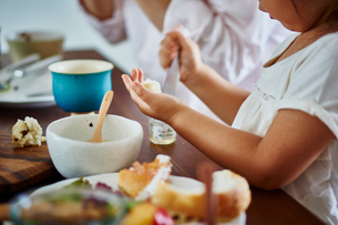 食事をするファミリーの手元の写真素材 [FYI02616950]