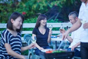 ガーデンパーティーをする2組の夫婦の写真素材 [FYI02616953]