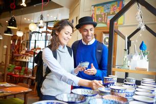 ショッピングを楽しむ外国人カップルの写真素材 [FYI02616968]