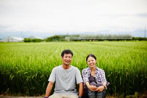 水田と笑顔の農家夫婦の写真素材 [FYI02616996]