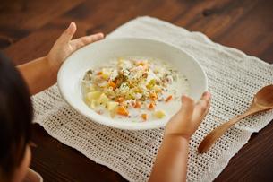 クラムチャウダーの皿を置く女の子の写真素材 [FYI02617009]