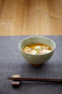 豆腐と油揚げの味噌汁の写真素材 [FYI02617011]