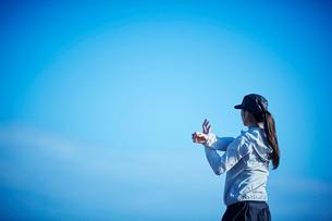 ストレッチをするミドル女性の写真素材 [FYI02617020]