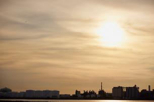千葉県 タンク群と夕日の写真素材 [FYI02617025]