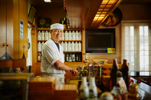 笑顔の寿司職人の写真素材 [FYI02617055]