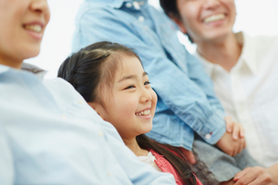 家族と一緒に笑う女の子の写真素材 [FYI02617067]
