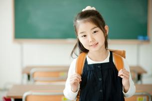 ランドセルを背負った小学生の女の子の写真素材 [FYI02617074]