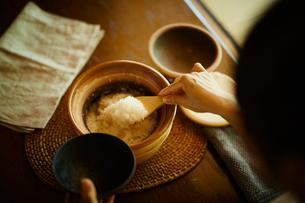ご飯をよそう女性の写真素材 [FYI02617094]