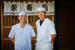 寿司屋の前に立つ寿司職人2人の写真素材 [FYI02617095]