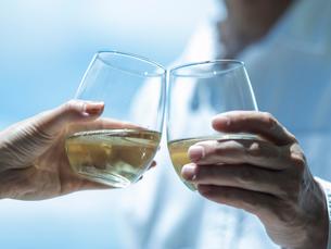 乾杯するミドル夫婦の手の写真素材 [FYI02617098]