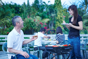 ガーデンパーティーをする2組の夫婦の写真素材 [FYI02617099]
