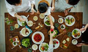 食事をするファミリーの写真素材 [FYI02617101]
