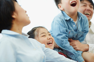家族と一緒に笑う女の子の写真素材 [FYI02617114]
