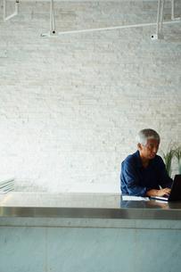 ノートパソコンを操作するシニア男性の写真素材 [FYI02617118]