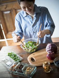 グリーンサラダを作る女性の写真素材 [FYI02617132]