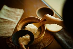 ご飯をよそう女性の写真素材 [FYI02617139]