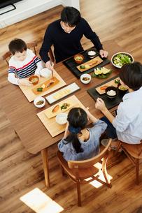 食事をするファミリーの写真素材 [FYI02617160]