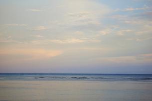 夕焼け空と海の写真素材 [FYI02617161]