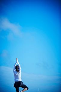 ヨガをするミドル女性の写真素材 [FYI02617172]