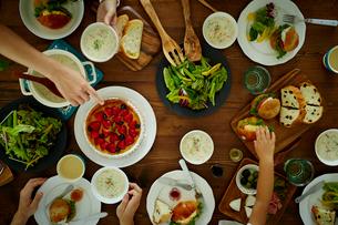 食事をするファミリーの手の写真素材 [FYI02617209]