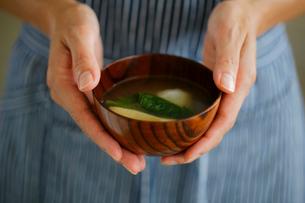 味噌汁を持つ女性の手元の写真素材 [FYI02617267]