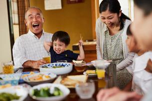 食事をする三世代家族の写真素材 [FYI02617280]