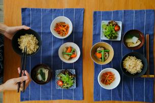 玄米ご飯の朝食を食べる女性の手元の写真素材 [FYI02617343]